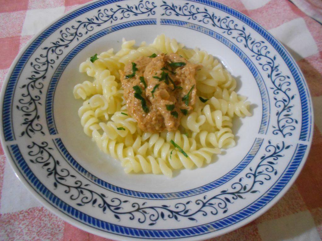 Макароне са сосом од туњевине